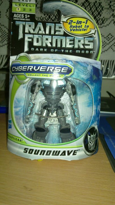 DOTM Cyberverse Soundwave - boxed1