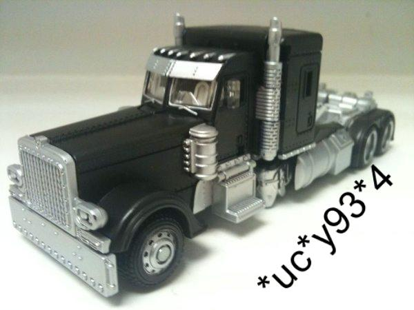 Milk Exclusive DOTM Deluxe Class Optimus Prime Black Version